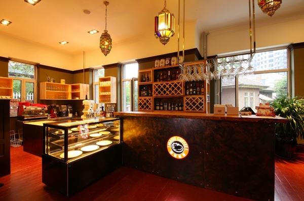 进入将军楼内部,首先映入眼帘的是猫窝咖啡的吧台